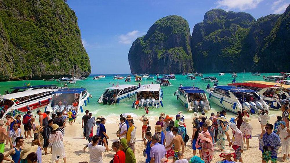 Maya Bay llena de turistas