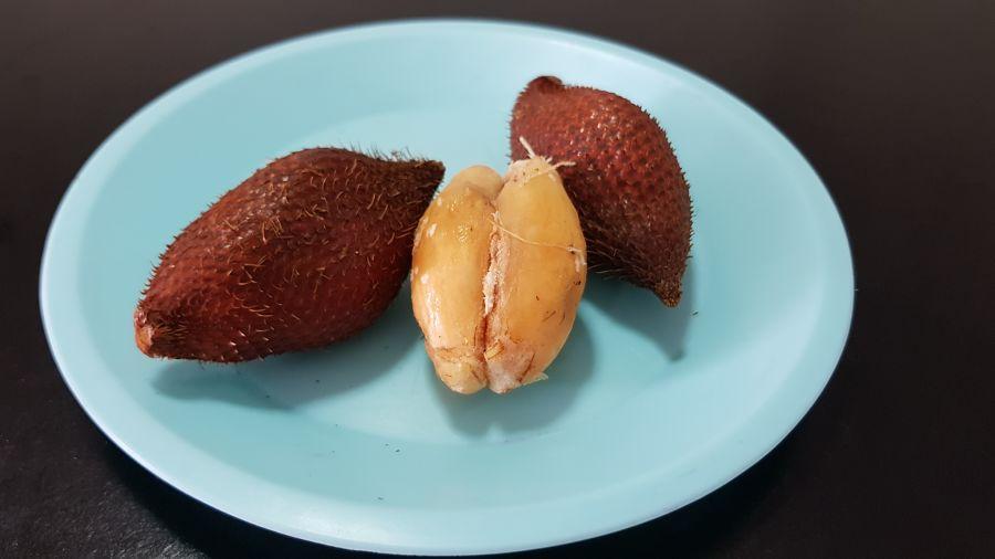 Frutas Tropicales de Tailandia - Snake Fruit - Fruta de la Serpiente Abierta