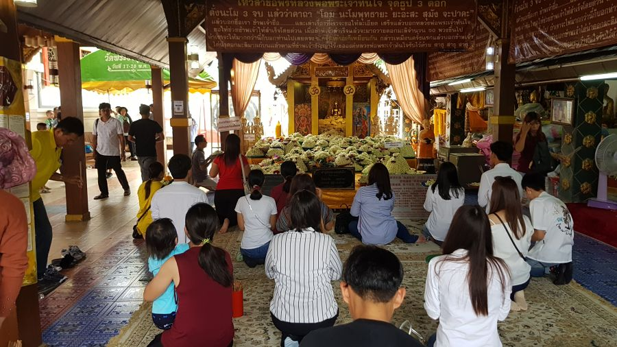 Templo Phra That Doi Kham - Chiang Mai - Rezar a Buda