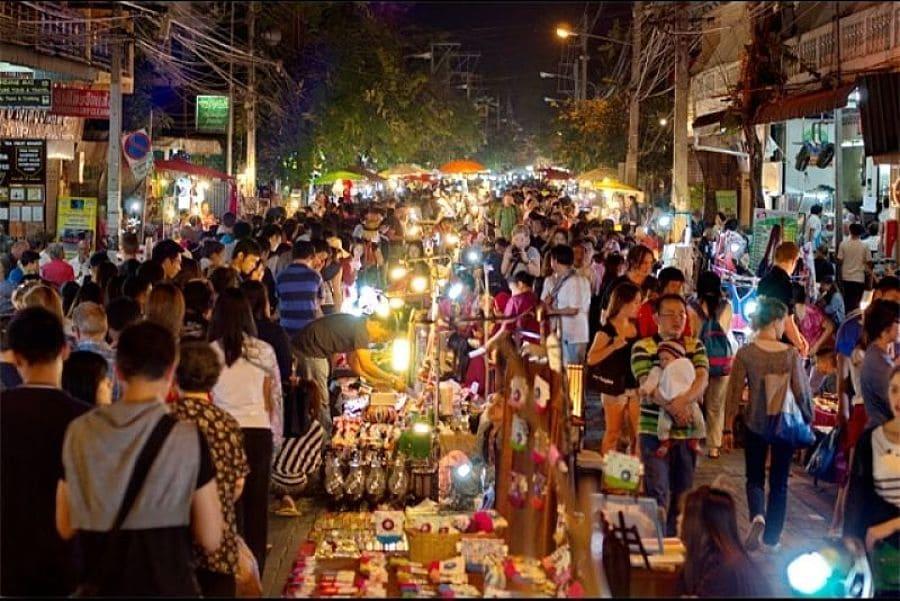 Visitar el mercado del domingo noche de Chiang Mai