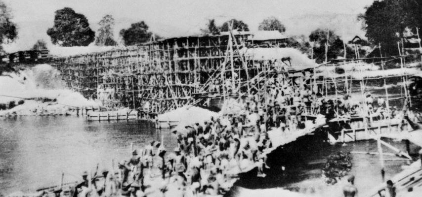 Construcción del Puente Sobre el Río Kwai. Foto propiedad de la Australian War Memorial