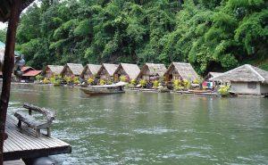 Cabañas flotantes en Kanchanaburi