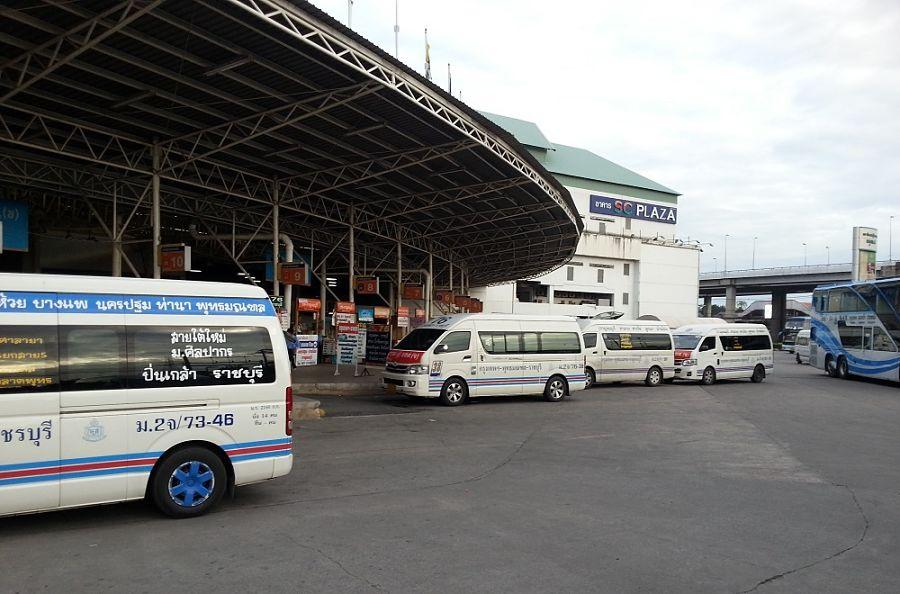 Minivan en la estación de autobuses deBangkok Southern