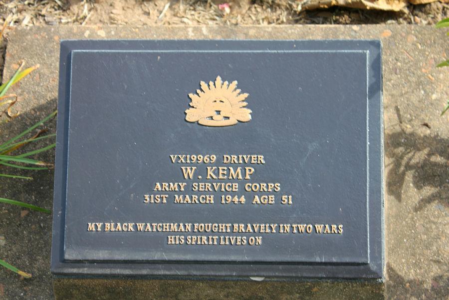 Placa en el Cementerio de Guerra de Kanchanaburi