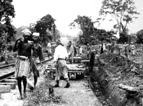 Asiáticos y prisioneros construyendo el tren. Foto propiedad de la Australian War Memorial