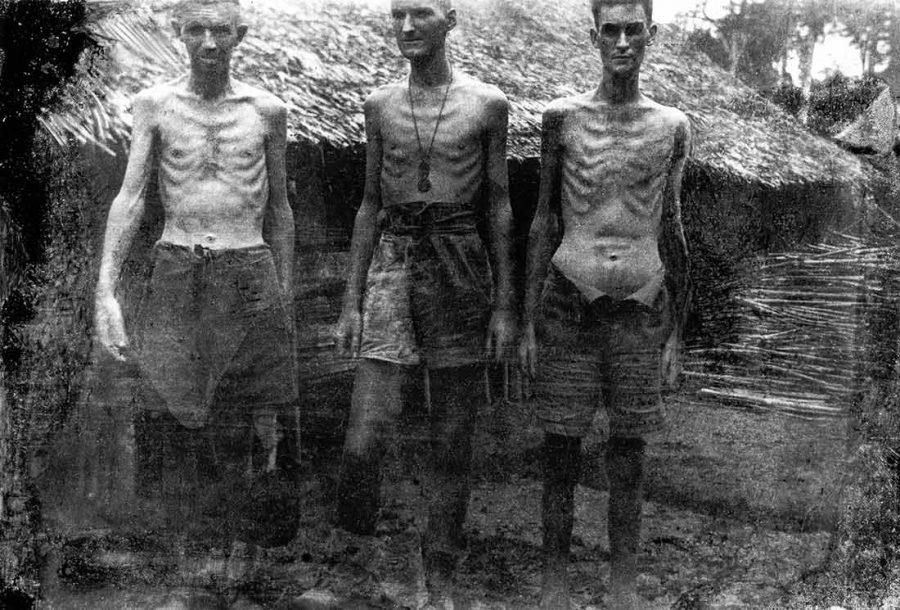 Prisioneros famélicos. Foto propiedad de la Australian War Memorial