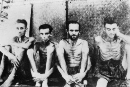 Prisioneros famélicos construyendo el puente. Foto propiedad de la Australian War Memorial