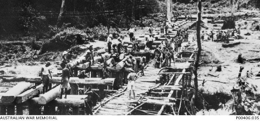 Prisioneros trabajan en el tren de la muerte