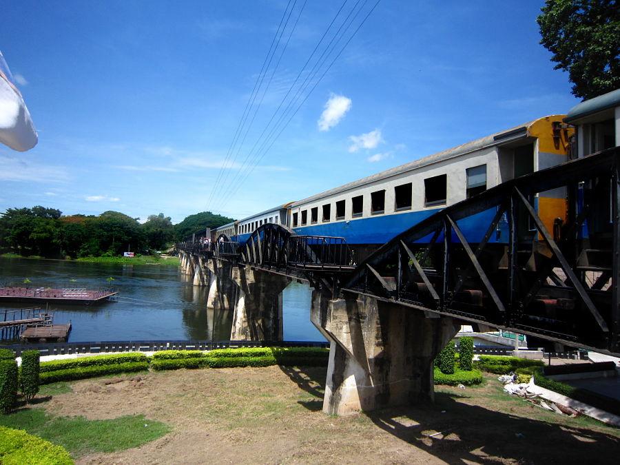 Tren Pasando Sobre el Puente del Río Kwai
