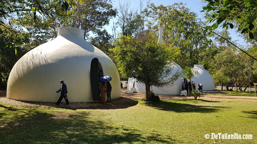 Casas blancas en la Casa Negra de Chiang Rai - Museo Baandam