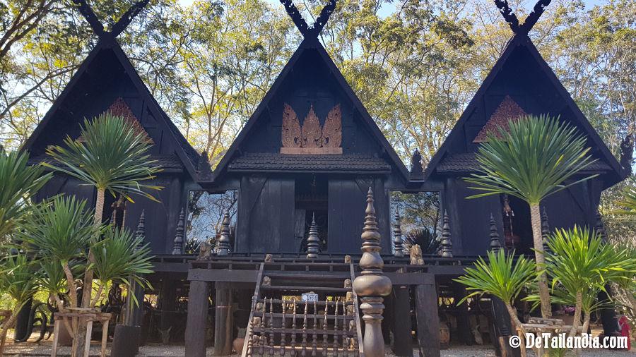Mas casas en el exterior de la Casa Negra de Chiang Rai