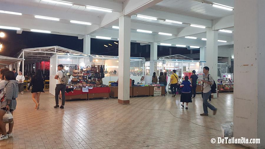 Compras en el bazar nocturno de Chiang Rai
