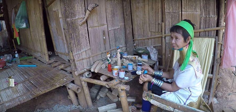 Mujeres Jirafa de Tailandia trabajando
