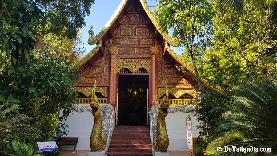 Templo en el recinto del Buda Esmeralda de Chiang Rai
