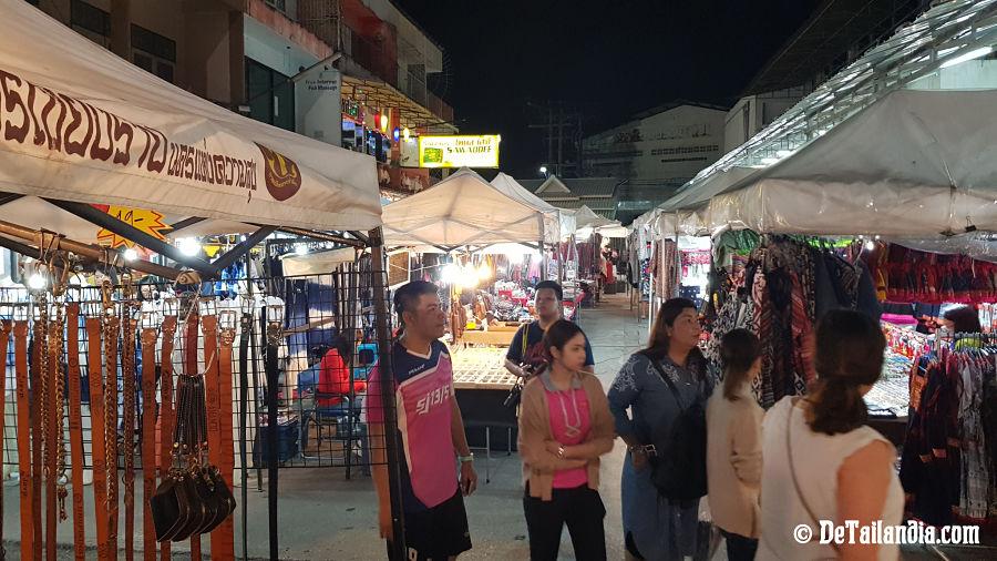 Tiendas del bazar nocturno de Chiang Rai