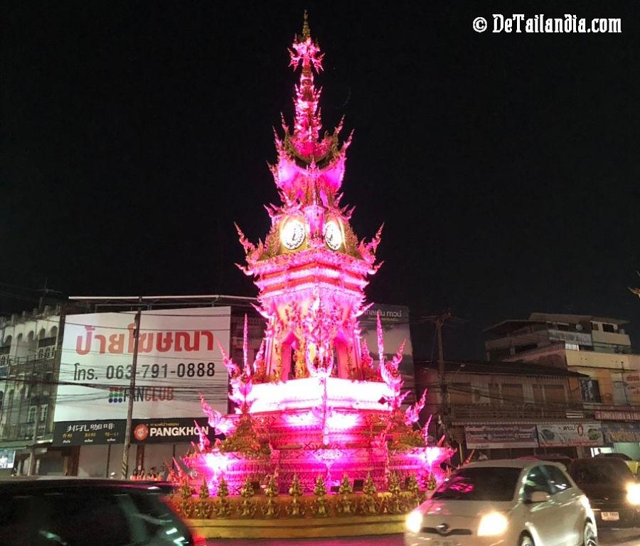 Torre del reloj de Chiang Rai cambiando de color