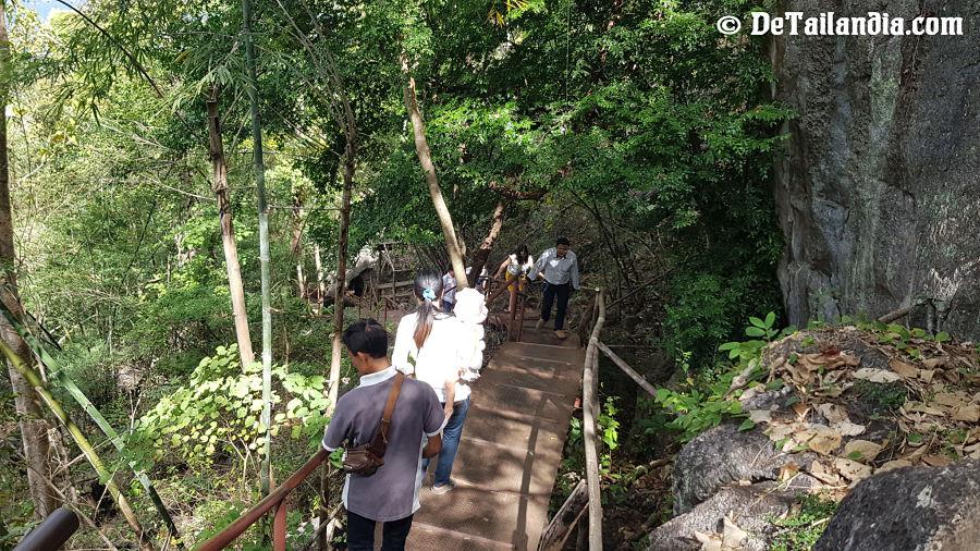 Camino de subida al Wat Chaloem Phra Kiat