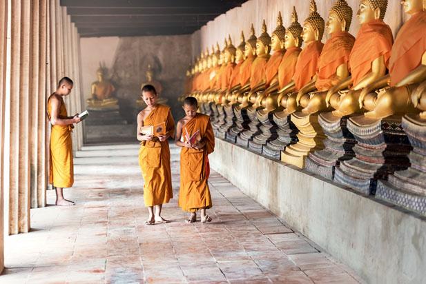 niños en un templo de Tailandia